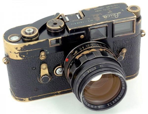 Leica M3, mely az évek során a használattól kopott le rézig