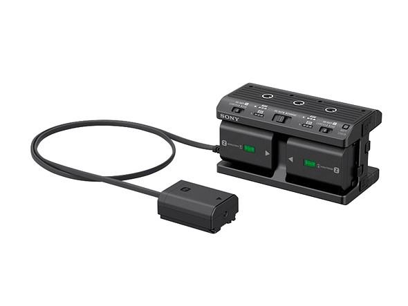 Sony NPA-MQZ1K adapter. Négy akkut tud tölteni, hálózatról tudja táplálni a kamerát, illetve akkupakként is használható a kamerához hálózati csatlakozás nélkül 4 akkuval. Kompatibilis a korábbi a7, a6xxx és a5xxx szériával is.