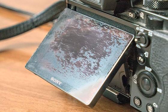 Lekopó LCD bevonat Sony A7 kamerán (Forrás: Dpreview fórum)