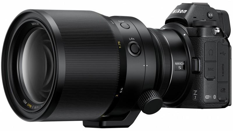 Ezen a képen tökéletesen látszik, hogy mire gondolt a Nikon, amikor azt mondta, hogy nagyobb méretű optikai elemeket tudnak tervezni. Jóval nagyobb a Noct 58mm f/0.95, mint a Mitakon objektíve. Csak azt nem érti senki, hogy ekkora házban miért nem fért el az autofókusz motor?