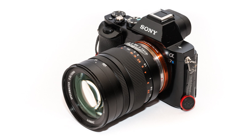 Sony vázon a Mitakon Speedmaster 50mm f/0.95 manuál fókuszos optika (Forrás: phillipreeve.net)